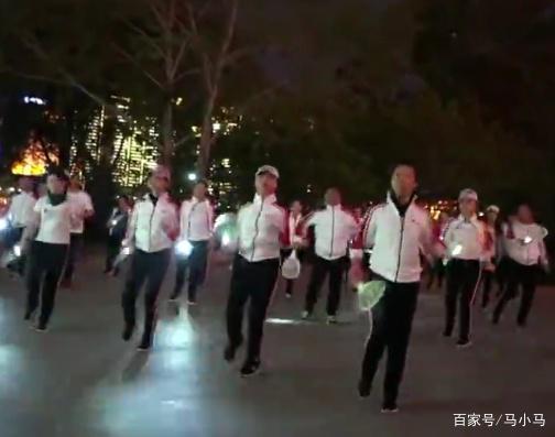 拿灭蚊拍跳广场舞是什么情况?拿灭蚊拍跳广场舞竟是为了驱赶蚊子?